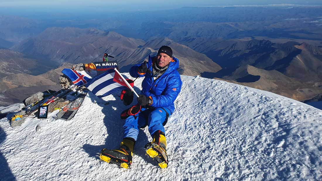 Momento clave en la meteórica carrera del cubano montañista: cima de Elbrus, el monte más elevado de Europa.