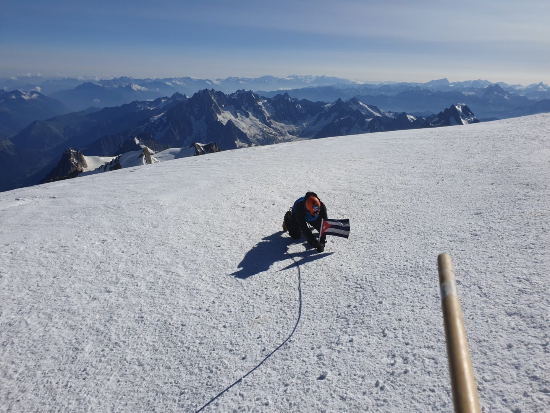 Yandy Núñez Martínez, el cubano montañista plantando su bandera en la cumbre del Mont Blanc.