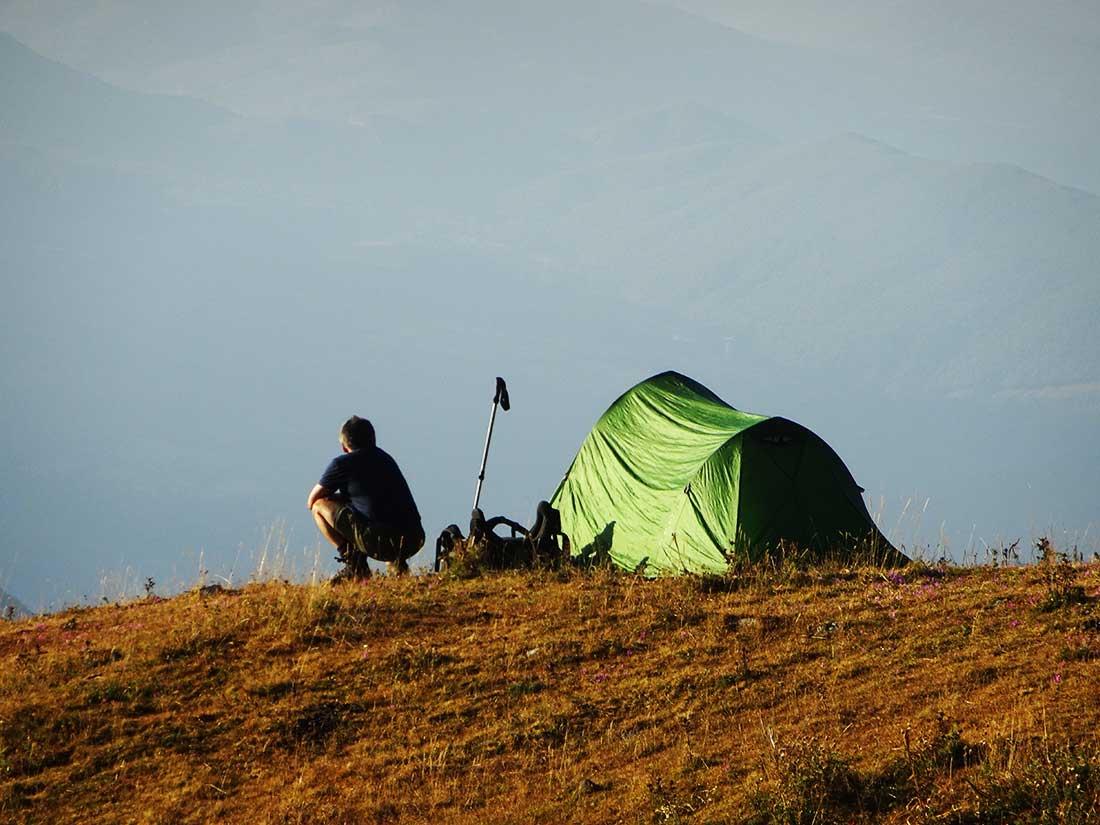 Armar la tienda y otras actividades de campamento en la naturaleza, forman parte de la terapia.