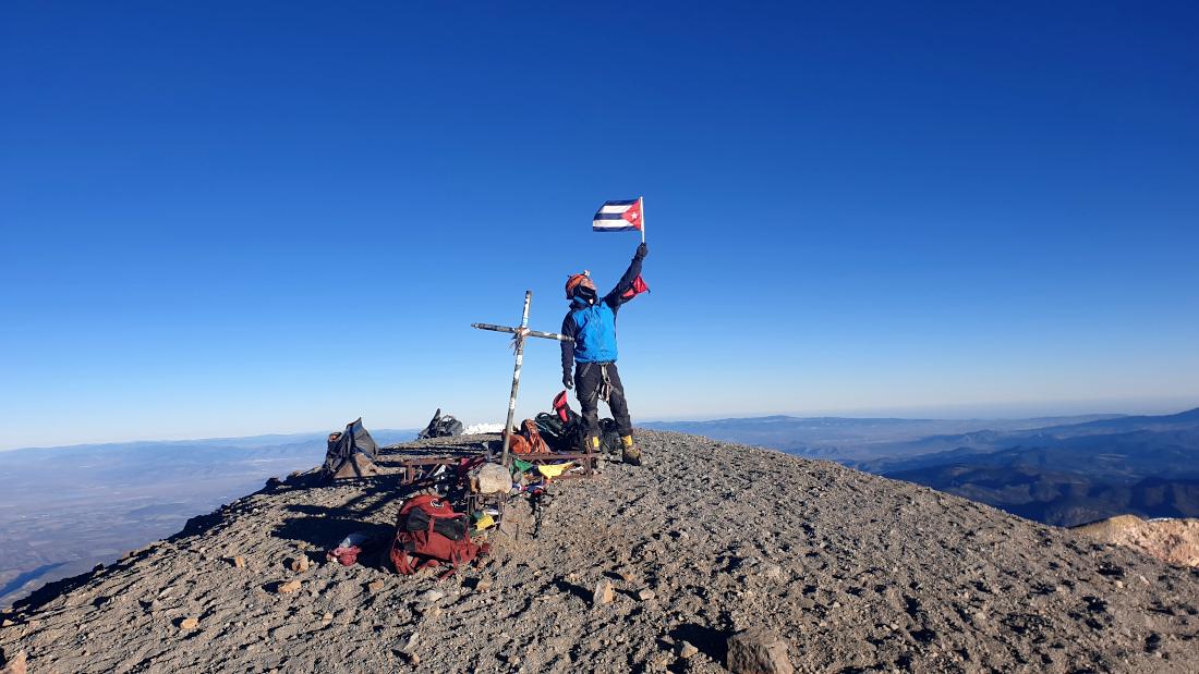 El cubano montañista en la cumbre del Pico de Orizaba, la montaña más alta de México.