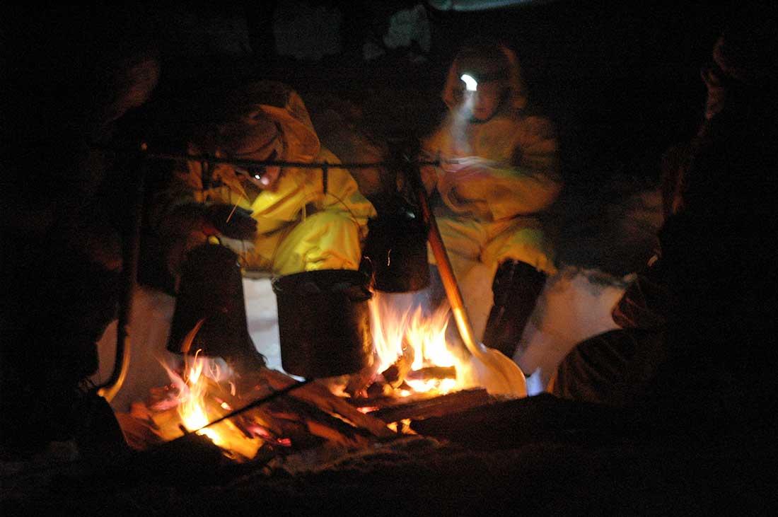 La conversación junto al fuego en una noche de campamento, en EE. UU.
