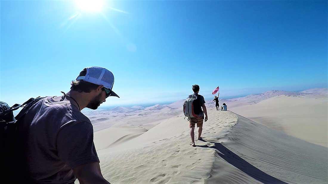 Caminata sobre las dunas en busca de la cumbre para empezar a volar.