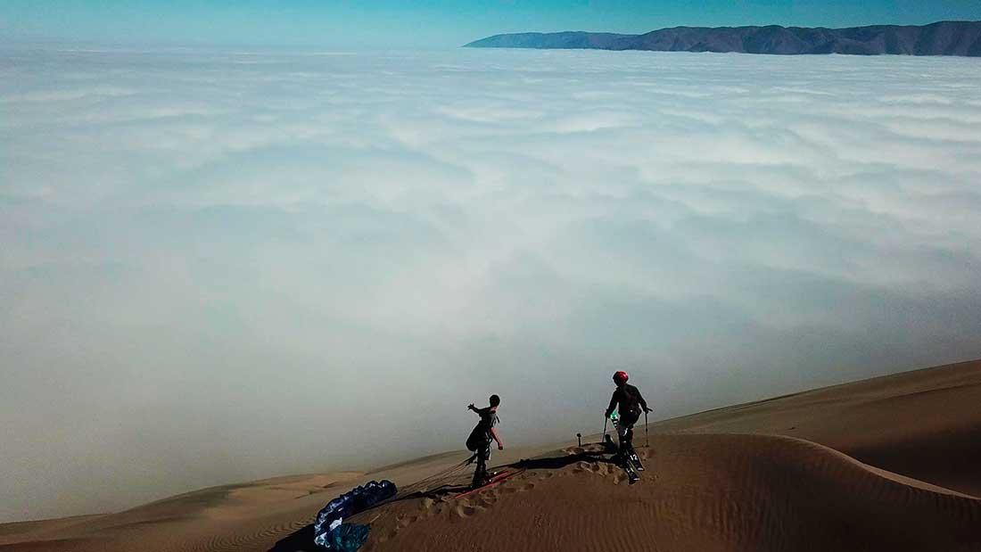 A volar desde las dunas sobre el mar de nubes.