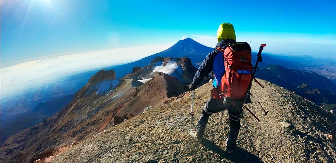 En la cima del Iztaccíhuatl (5.286 m), México. Al fondo se divisa el Popocatépetl (5.426 m).