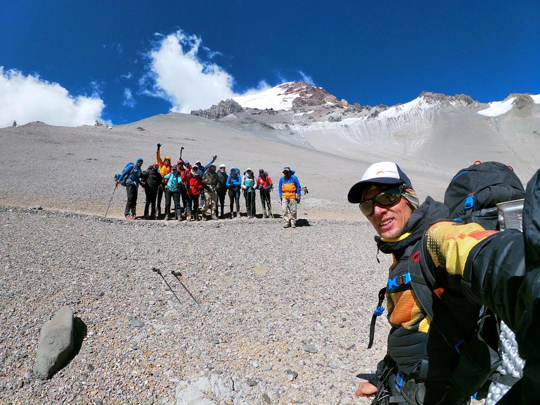 Karl Egloff con su grupo en una de sus expediciones guiadas en Aconcagua, Argentina.