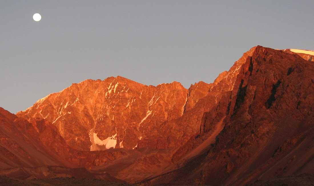 La Luna se oculta mientras amanece sobre la ladera del cerro Vallecitos.