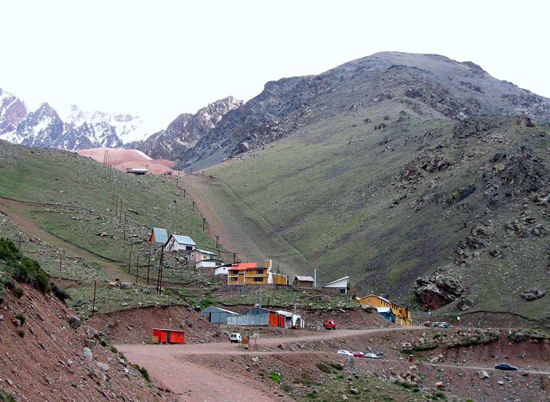 La pequeña estación de ski de Vallecitos, sobre las morenas coloradas.