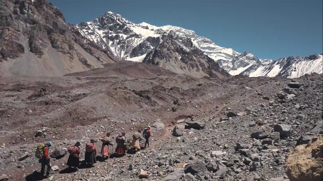 Cholitas, rumbo al mirador de Plaza Francia durante la aclimatación para Aconcagua.