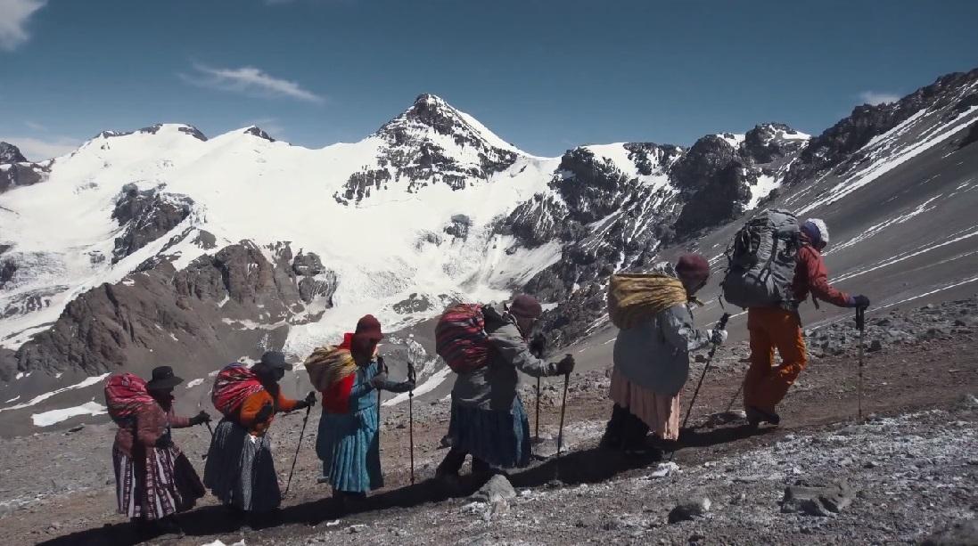 Con sus vestimentas típicas, las cinco mujeres de la etnia Aymara se propusieron ascender el Aconcagua.