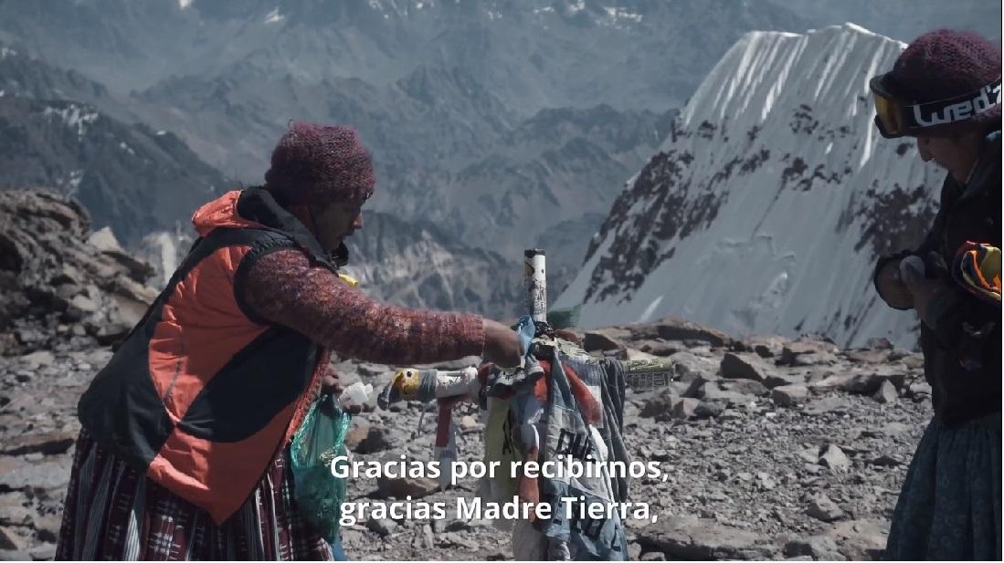 Momento más emotivo de la película: las Cholitas llegan a la cima de Aconcagua, a 6.962 m.