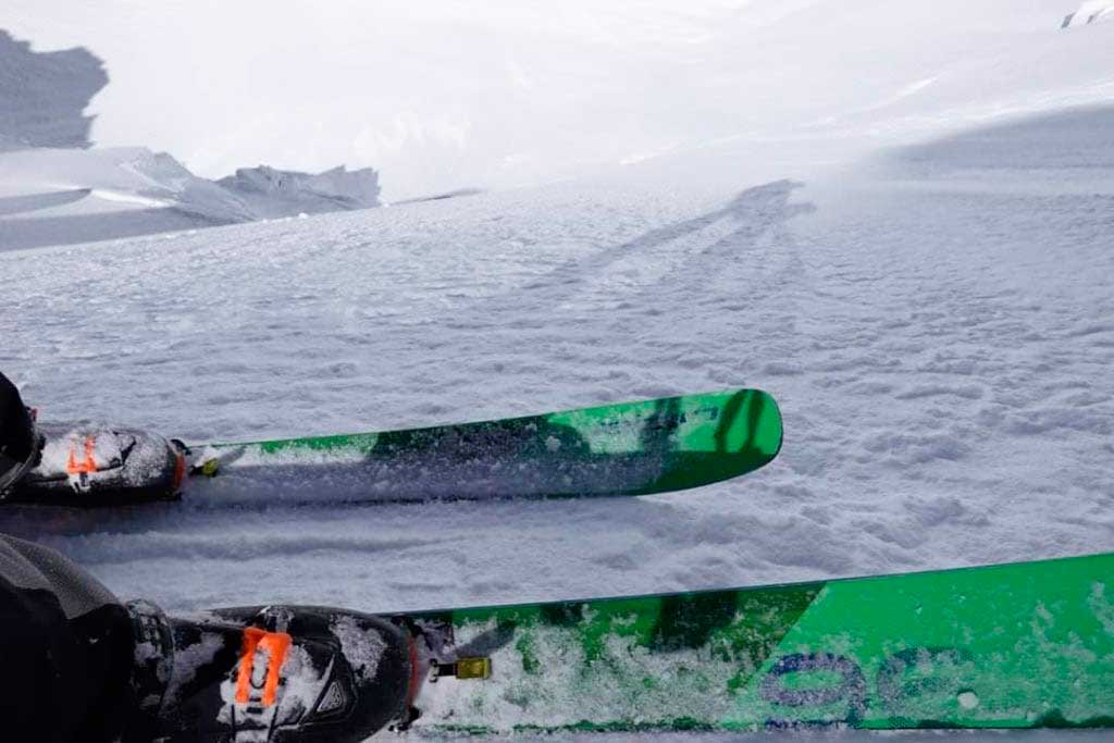 Cala Cimenti, aspirante a los Piolets d'Or, en la sección más empinada de la ruta de su primer descenso de esquí de Gasherbrum VII. Ph: Carlo Alberto Cimenti.