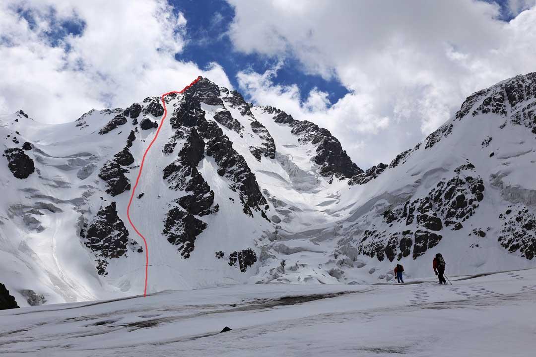 La ruta de 2019 en la cara noroeste de Bogda V, China. La última cresta hacia la cima no es visible. Alpinistas: Dili Xiati - Kang Hua - Li Zongli (Ph). Compiten en los Piolets d'Or.