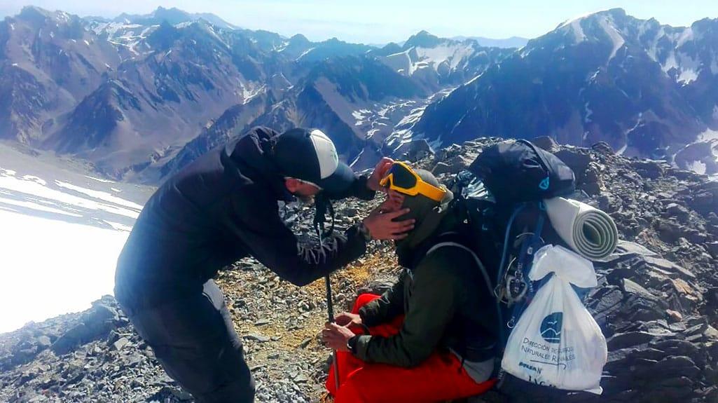 Dr. Bernabé Abramor revisa a un montañista en las alturas de Aconcagua.