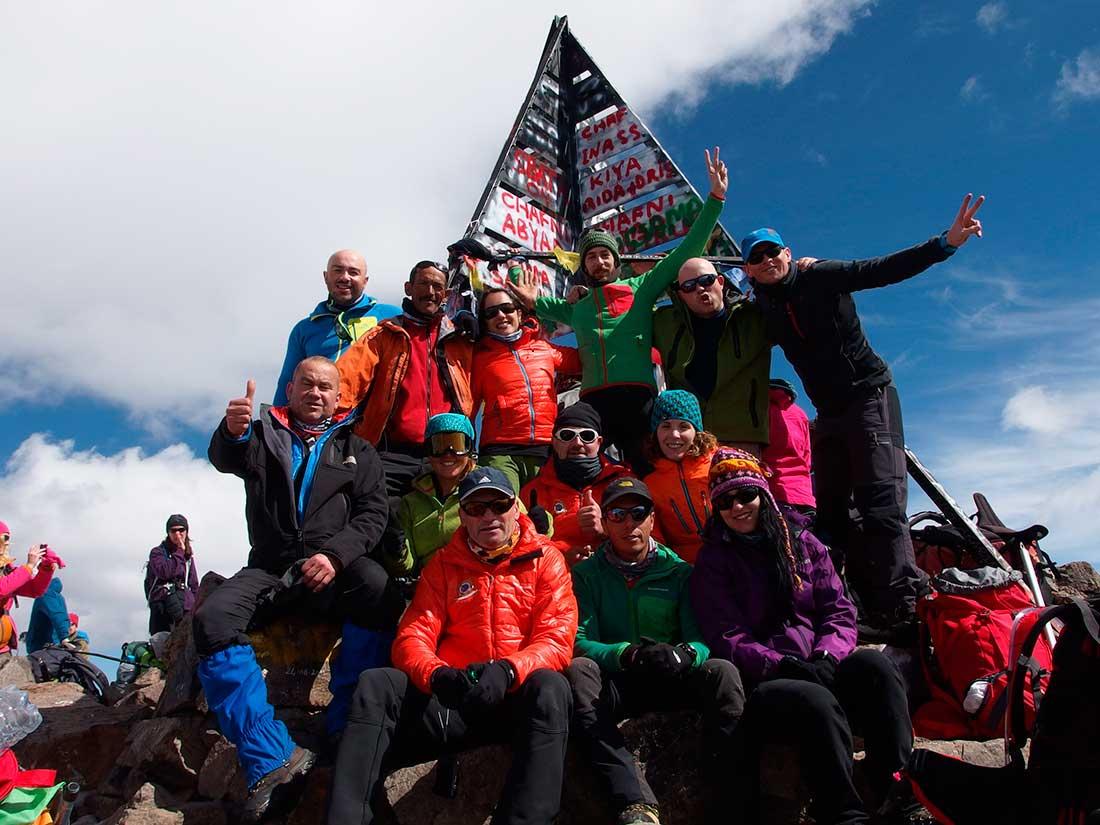 Todo el grupo en la cumbre del monte más alto de los Atlas marroquíes.