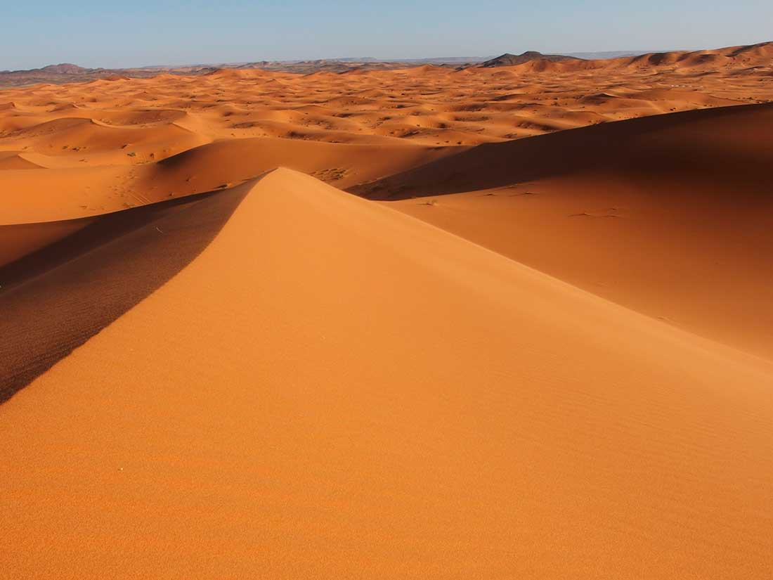 Impresionante contraste entre las nieves del Toubkal y el rojizo desierto de Sahara.