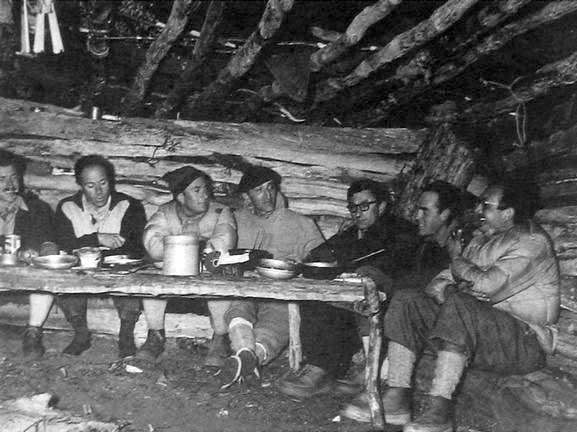 En Fitz Roy, de izquierda a derecha: RenéFerlet, LouisDepasse, LionelTerray, MarcAzéma, GuidoMagnone, Francisco Ibáñez (Arg) y LouisLliboutry.