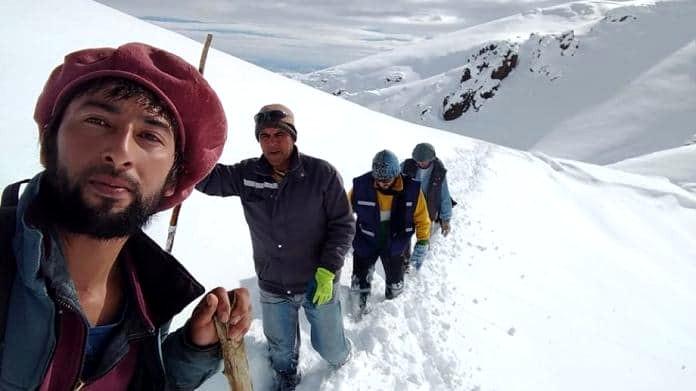 Los cuatro protagonistas abriendo huella en la nieve de la Patagonia neuquina.