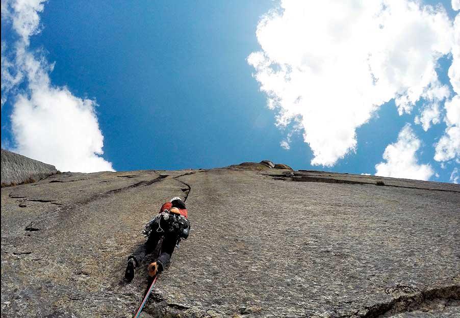 El español Iker Pou escalando en Kinnaur, en el Himalaya indio, junto a su hermano Eneko, autor de la foto.