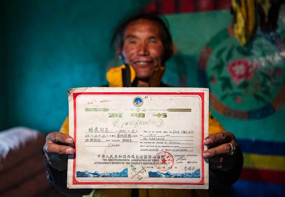 Su prueba de cumbre, el certificado de haber llegado a los 8.848 metros del Qomolangma.