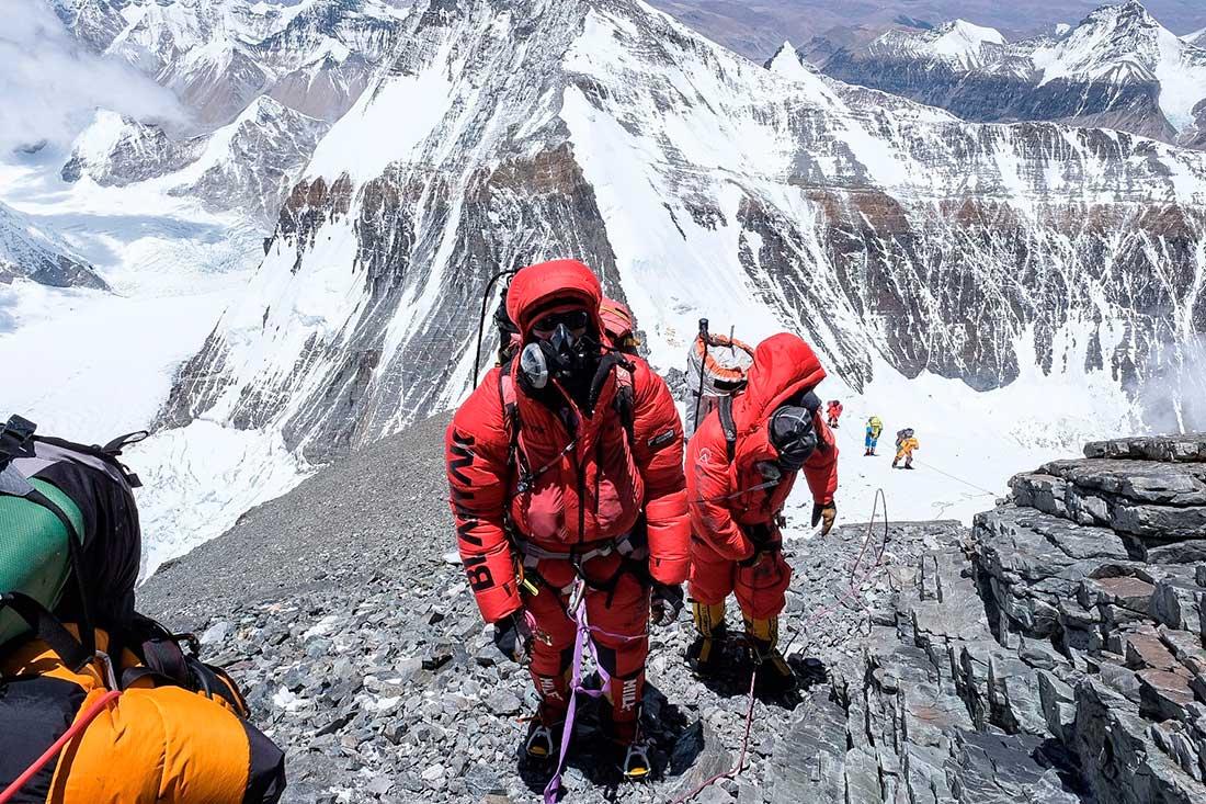 Monitorear la saturación de forma constante durante el ascenso en Everest. (Ph @furtenbachadventures)