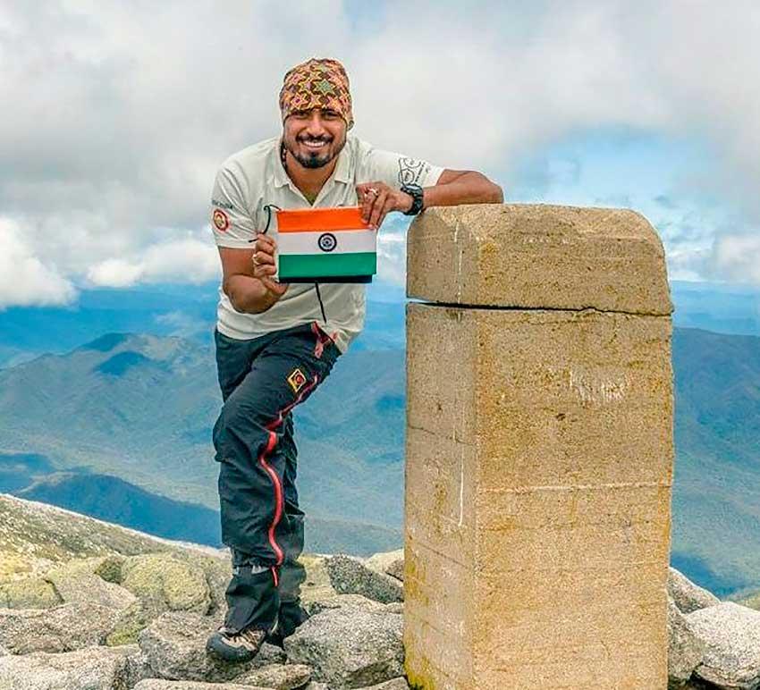 Narender Yadav Singh en una cumbre con la bandera de India. Dudan que haya logrado Everest.