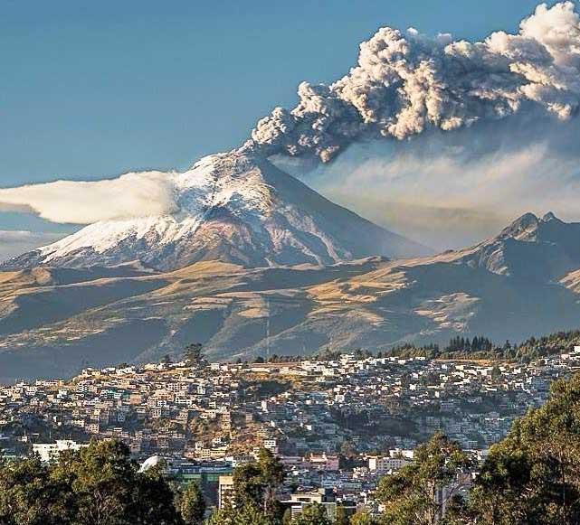 El volcán ecuatoriano Cotopaxi, en plena erupción.