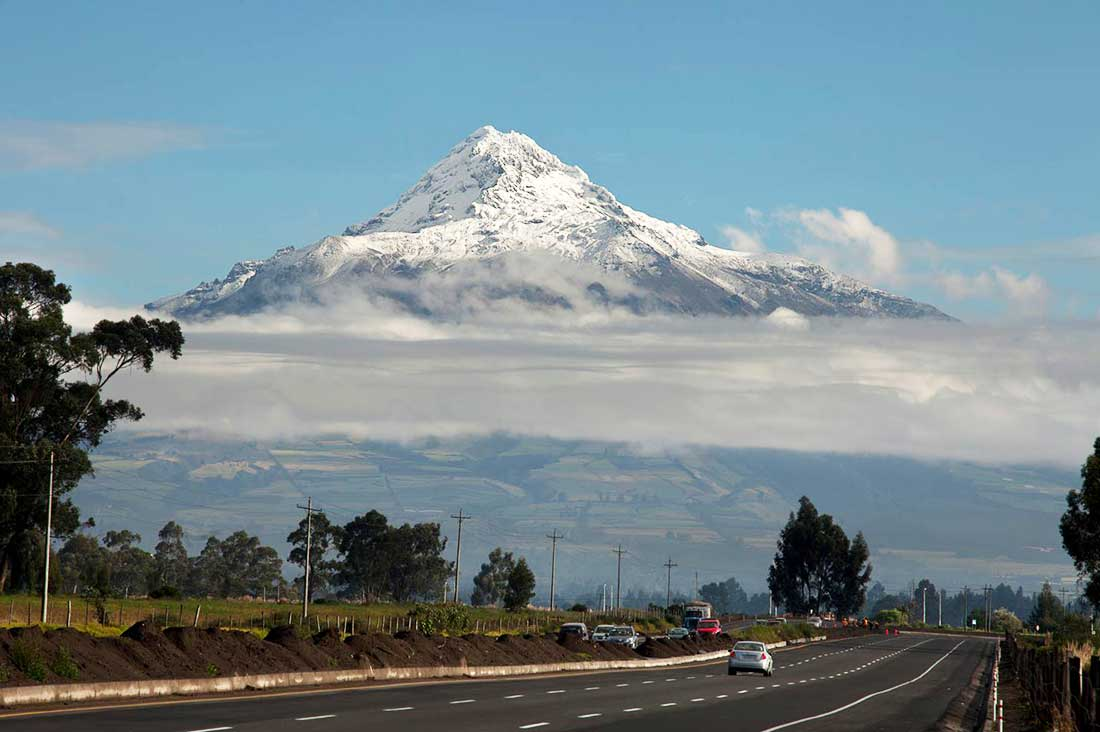 Illiniza, con sus nieves eternas, emblema ecuatoriano.