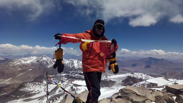 El español Luis Carlos Garranzo en la cumbre del volcán más alto del mundo, Ojos del Salado (6.893 m, Argentina/Chile).