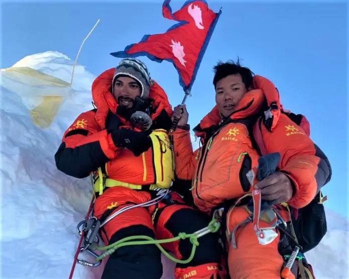 El príncipe de Bahrein Mohamed Bin Hamad Al Khalifa en la cima del Manaslu junto a Mingtemba Sherpa. (Ph Seven Summit Treks)