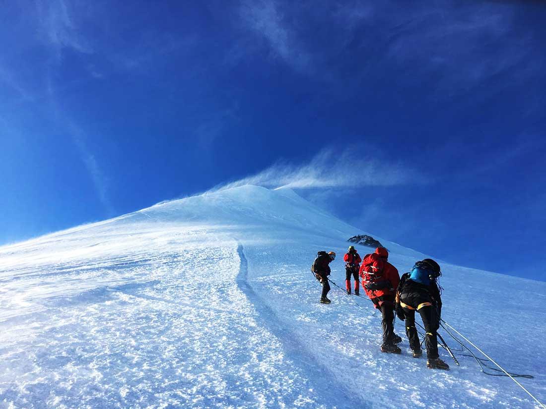Mont-Blanc el día de cumbre, inicio de la arista Les Bosses.
