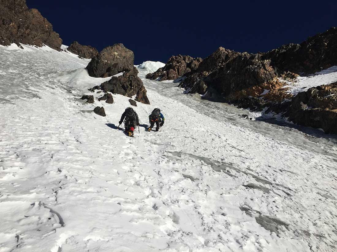 Transitando sobre nieve y hielo, ya en la pared Sureste del Negro Pabellón.