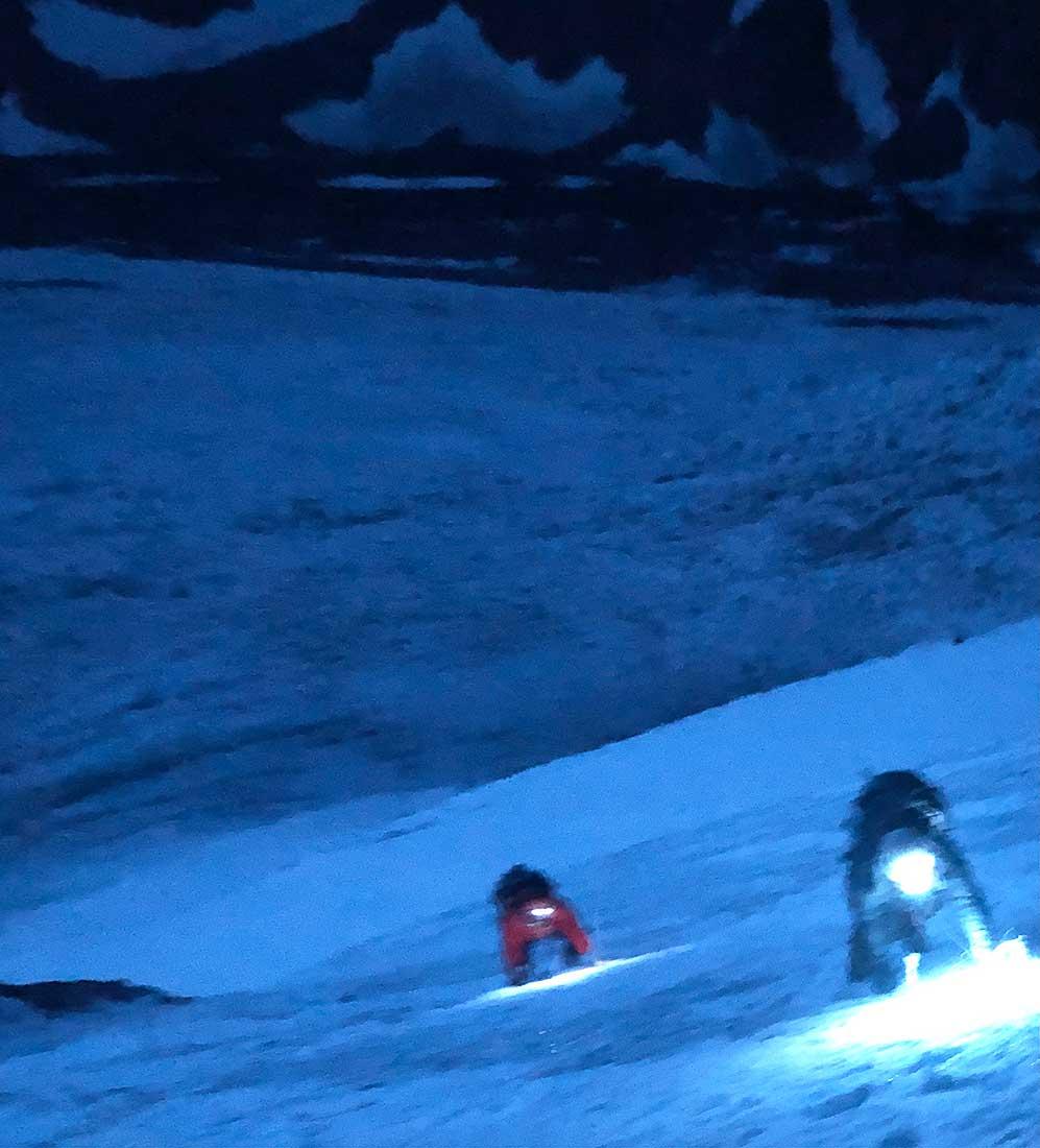 Todavía a oscuras comienza el interminable y cansador día de la escalada al Negro Pabellón.