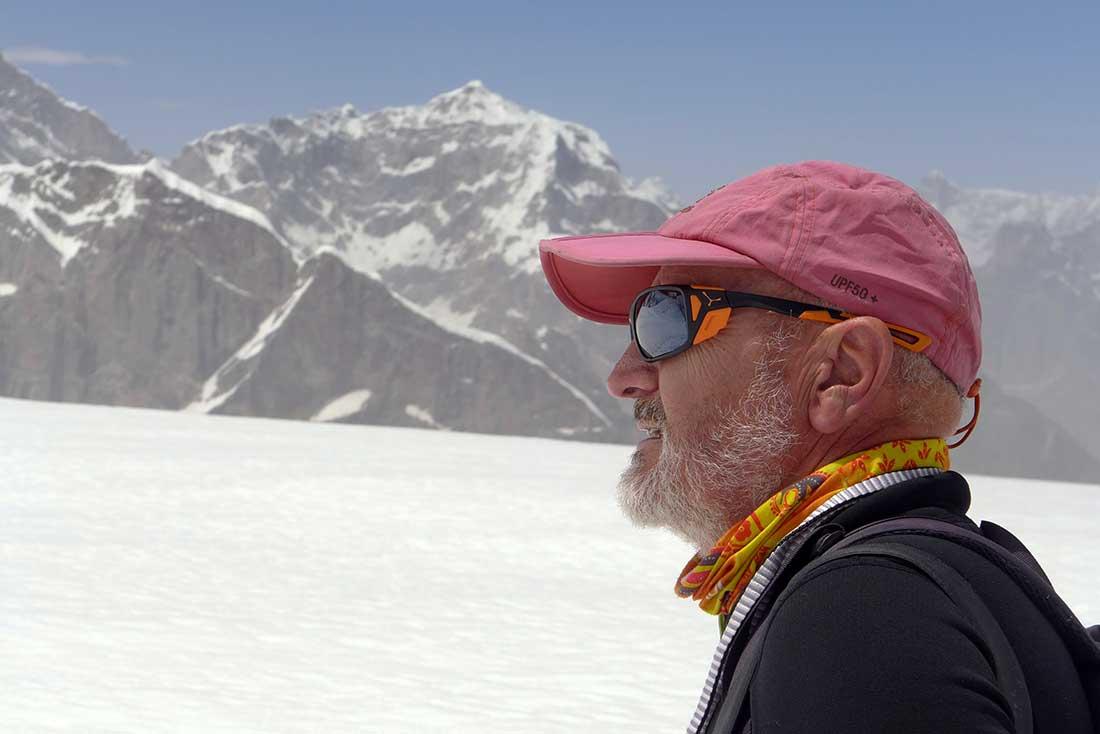 Pensador del vínculo entre el hombre y la montaña, Álvaro marca rumbo en el mundo del alpinismo.
