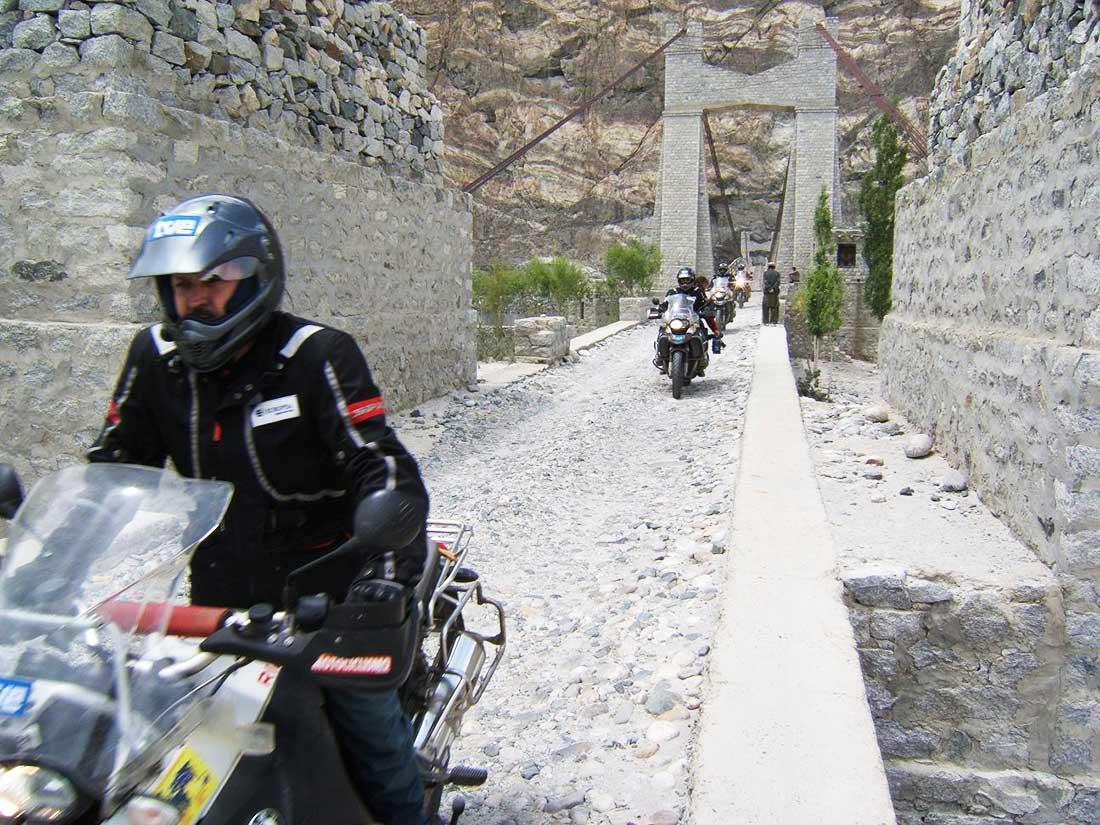 La Ruta de la Seda en moto, aquí Sebastián Álvaro cruzando el desierto de Gobbi.