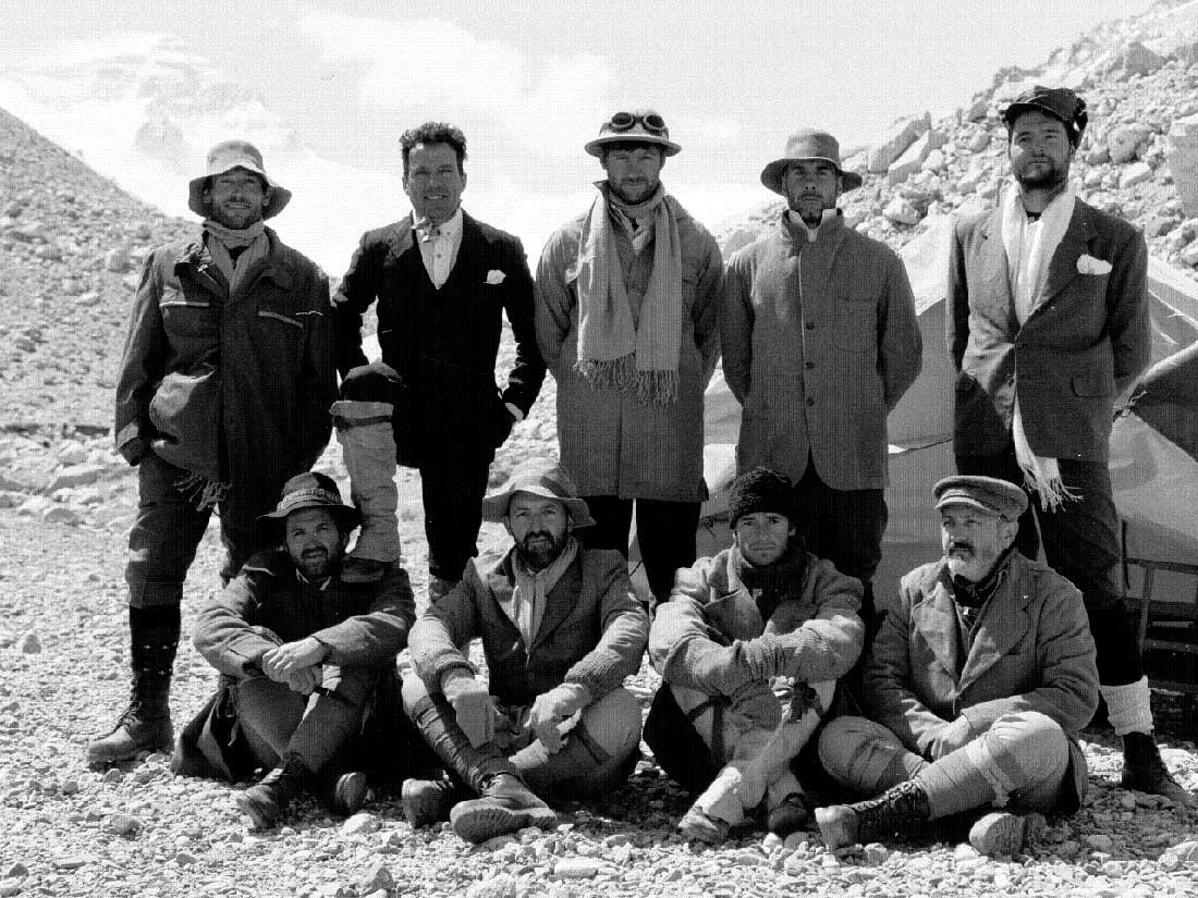 Sebastián junto al team de Al Filo en una recreación de la conquista del Everest, en el año 2000.