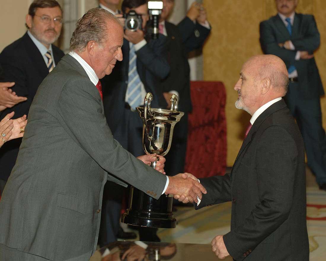 Recibiendo el Premio Nacional a las Artes y las Ciencias aplicadas al Deporte 2006, de manos del Rey Juan Carlos de España.