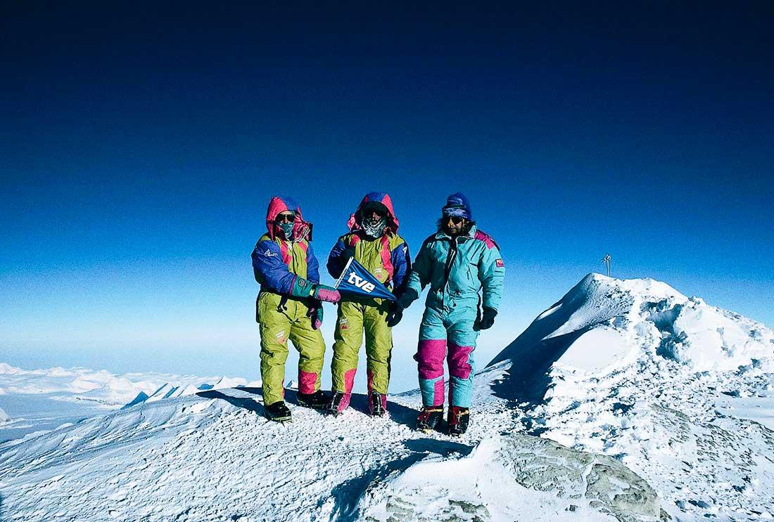 Otro hito trascendente de Al Filo de lo Imposible: el equipo hace cumbre en el Vinson, el más alto de Antártida.