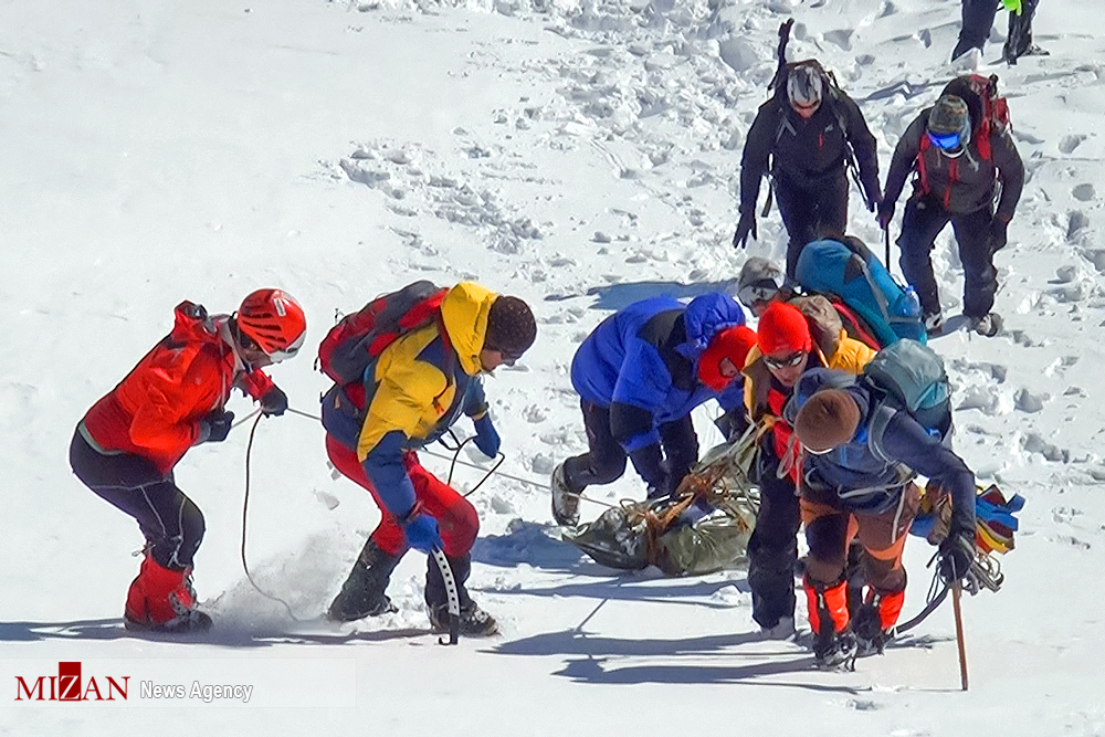 20 equipos de rescate trabajaron en los montes Elburz, en Irán, donde se produjeron fatales avalanchas.