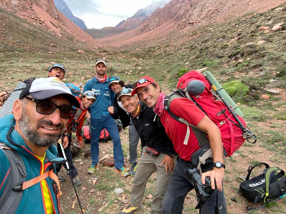 Siete experimentados montañistas en una expedición exploratoria coronada con éxito.