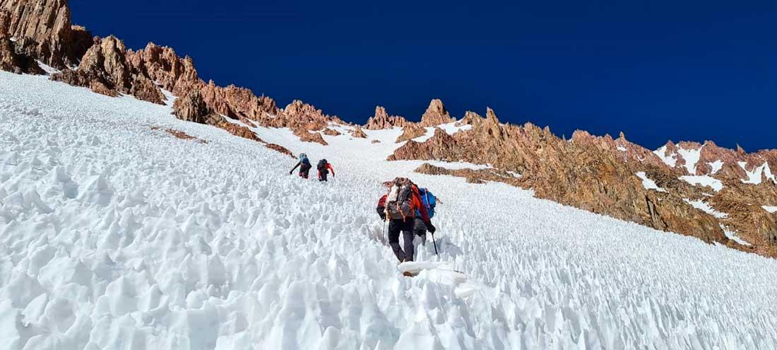 A medida que se acercaban a la cumbre, el camino requería superar penitentes.