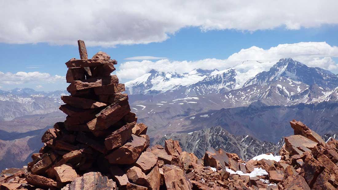 La apacheta a 5.194 metros, en la cima del cerro Ulises Vitale, en la cordillera frontal.