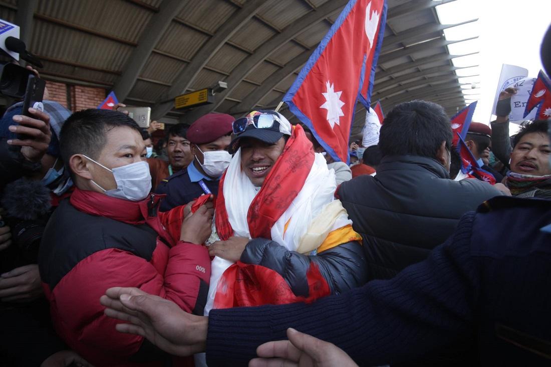 Nims, saludado por multitudes a su llegada a Nepal tras su logro en K2 invernal. (Ph Khatmandu Post)