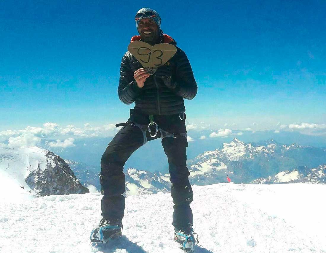 """Nadir Dendoune en la cima de Elbrus, el monte más alto de Europa, con su infaltable """"93""""."""