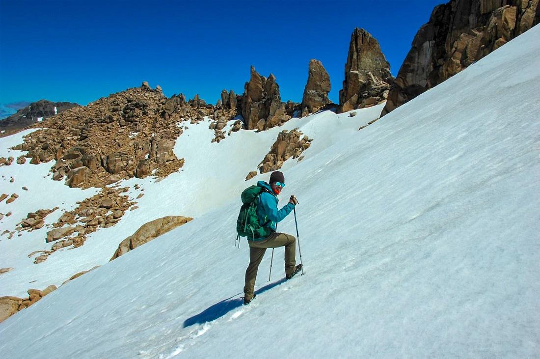 Previo al volcán Lanín, Stefano ascendiendo el cerro Catedral, en Bariloche.