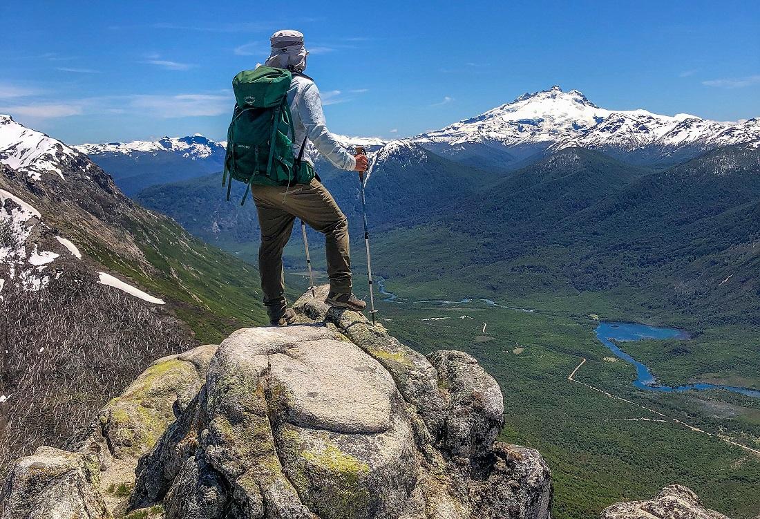 En la cumbre del cerro Falso Granítico, en el Parque Nacional Nahuel Huapi.