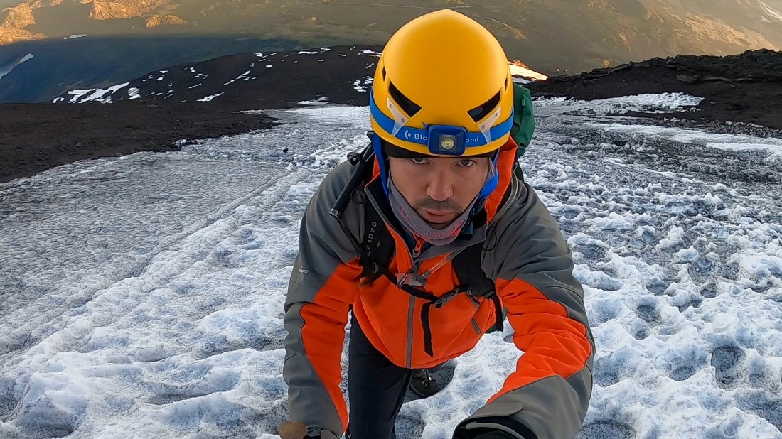 Stefano concentrado en pleno ascenso por la canaleta helada del volcán Lanín.