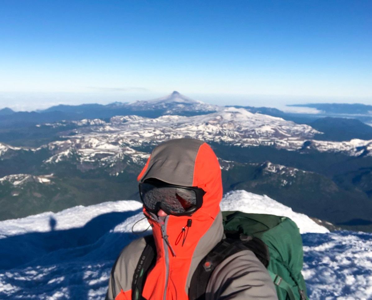 Desde la máxima altura del volcán Lanín se tiene vista de varias importantes cumbres patagónicas.