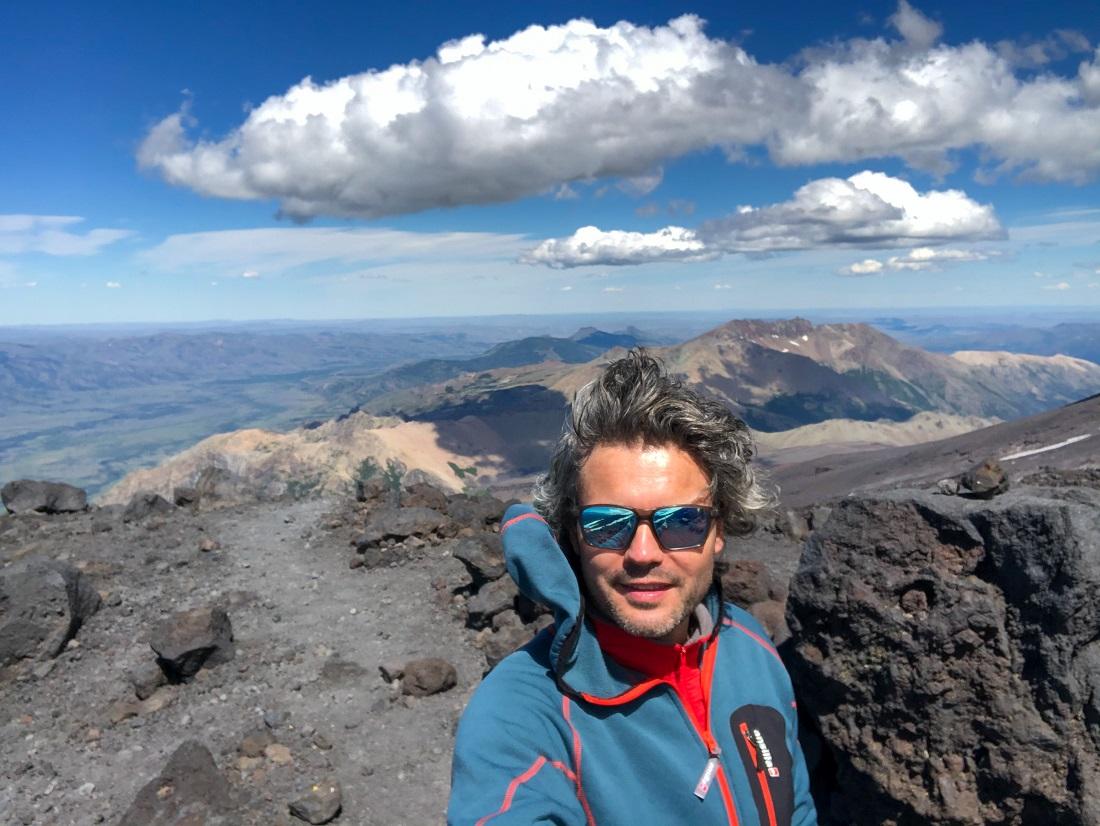 Stefano Righetti, veronés radicado en Bariloche, con su objetivo navideño: volcán Lanín.