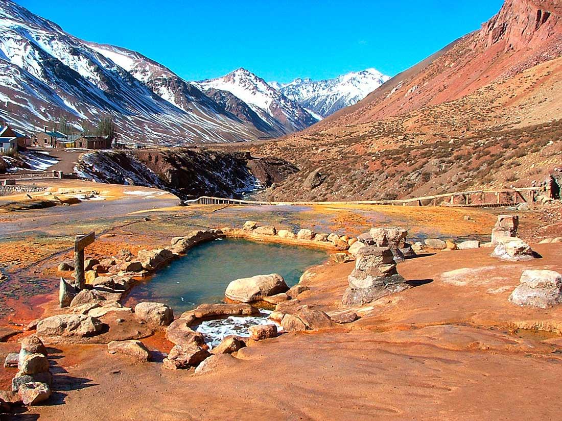 Diferentes surgentes de aguas termales sobre el Puente del Inca.