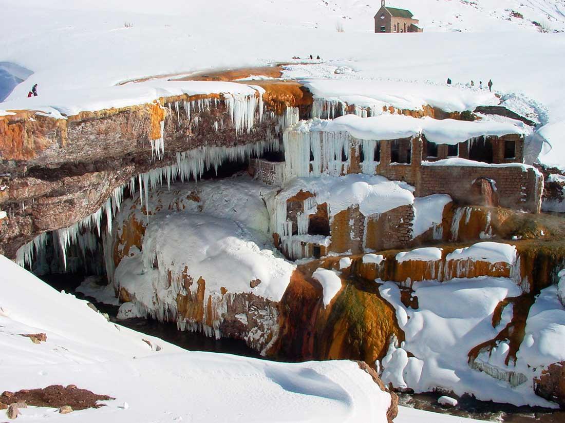El Puente del Inca en pleno invierno, cubierto de hielo y nieve.